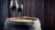 Verres de vin sur un tonneau