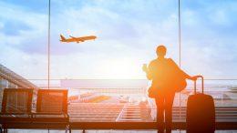 Bourse des vols - Image d'une personne qui regarde un avion